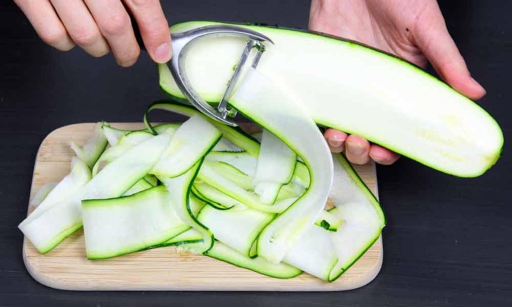Herstellung Zoodles mit Gemüseschäler