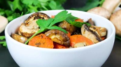 Champignons und Karotten vom Blech