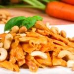 Karottennudeln mit Erdnusssauce