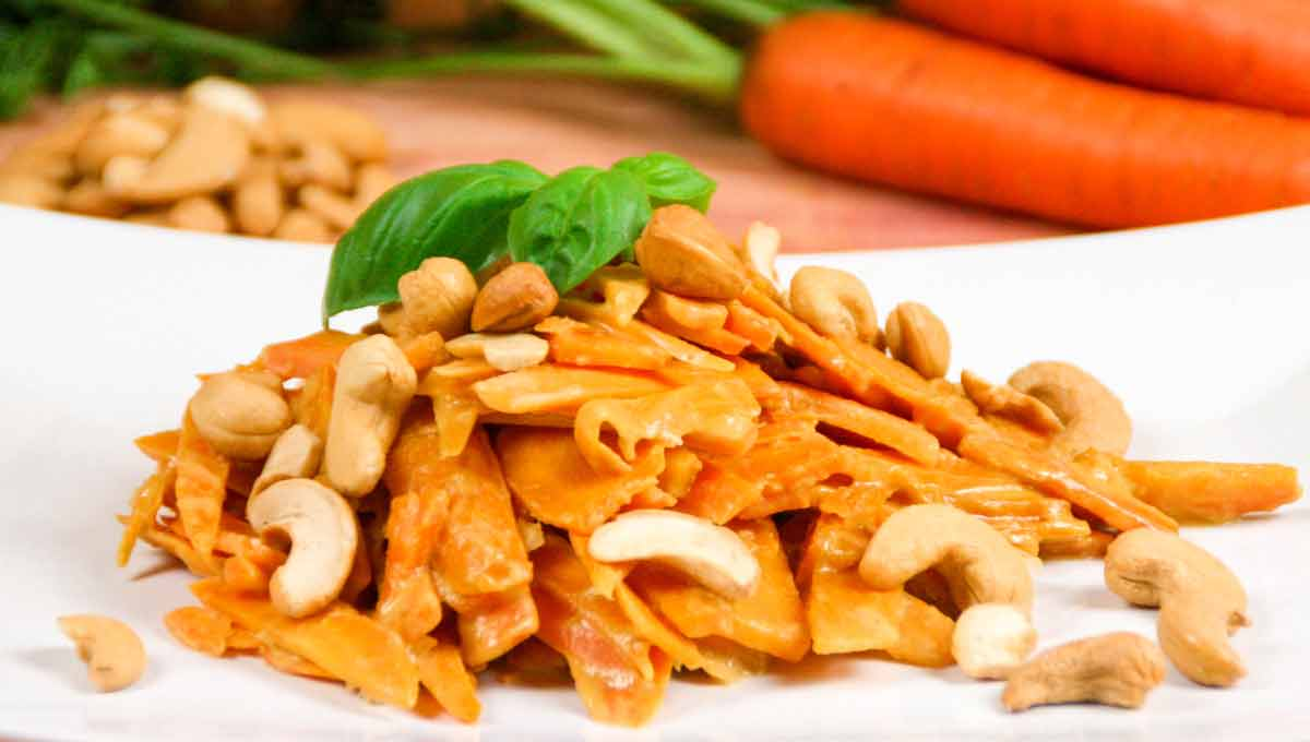Thailändische Karottennudeln mit Erdnusssauce