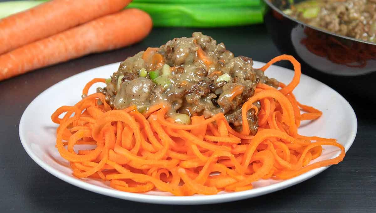 Karottenspaghetti mit heller Bolognese