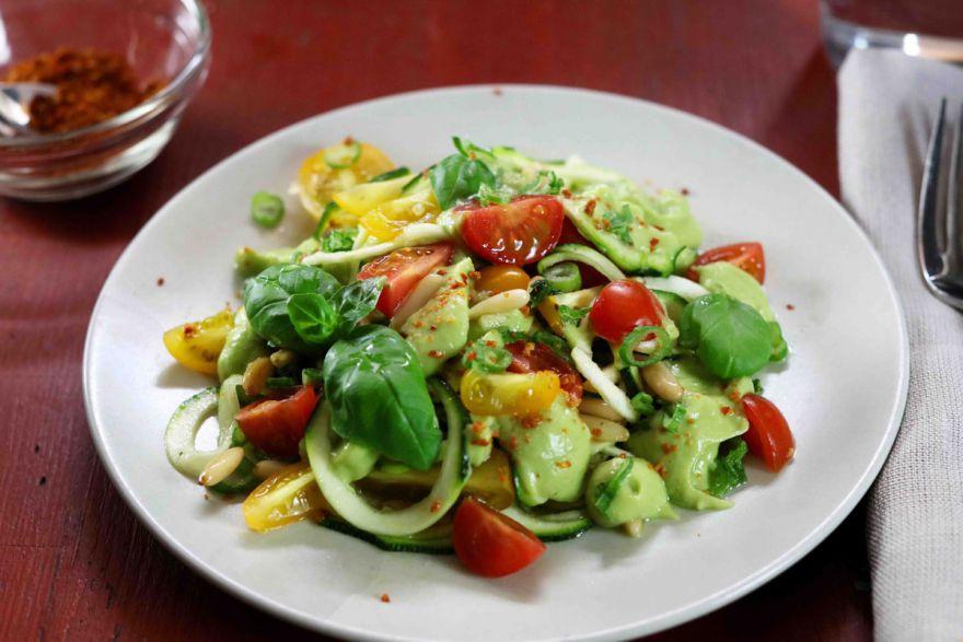 Zucchininudeln mit Avocadosauce und Kirschtomaten