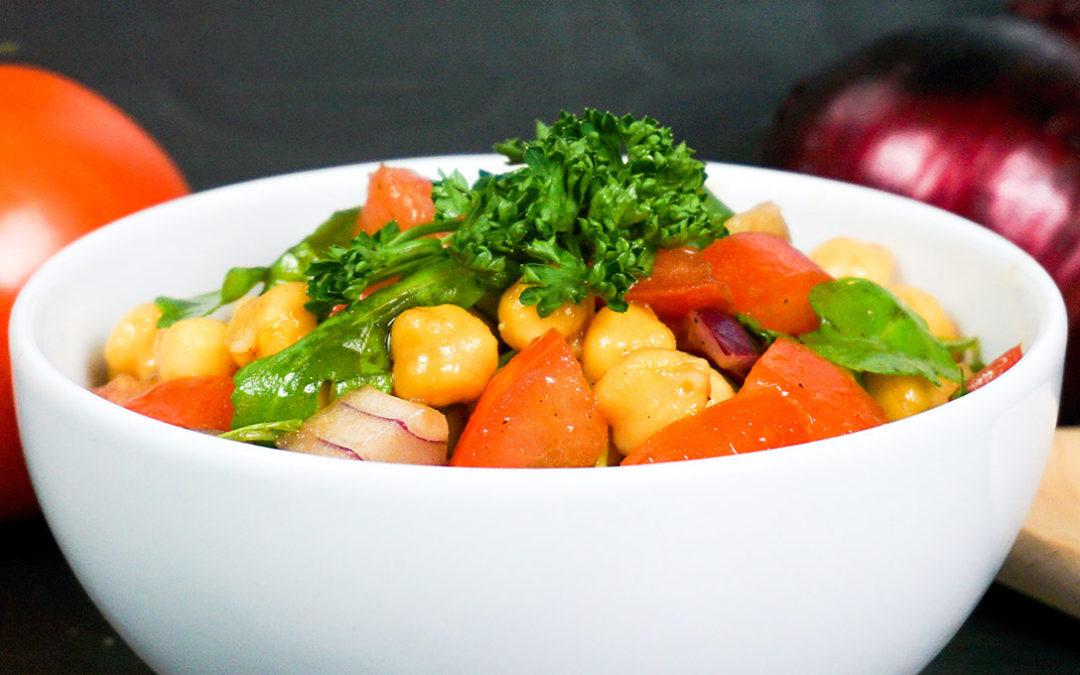 Tomatensalat mit Zwiebeln und Kichererbsen