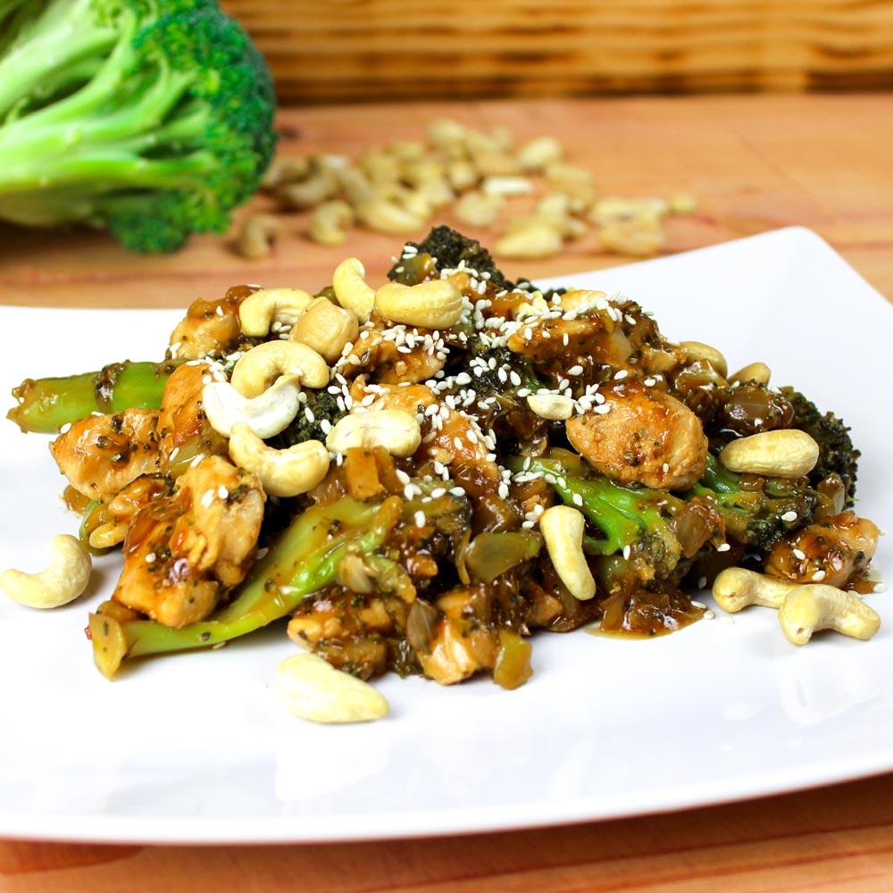 Teller mit einem Pfannengericht aus Brokkoli und Hähnchen