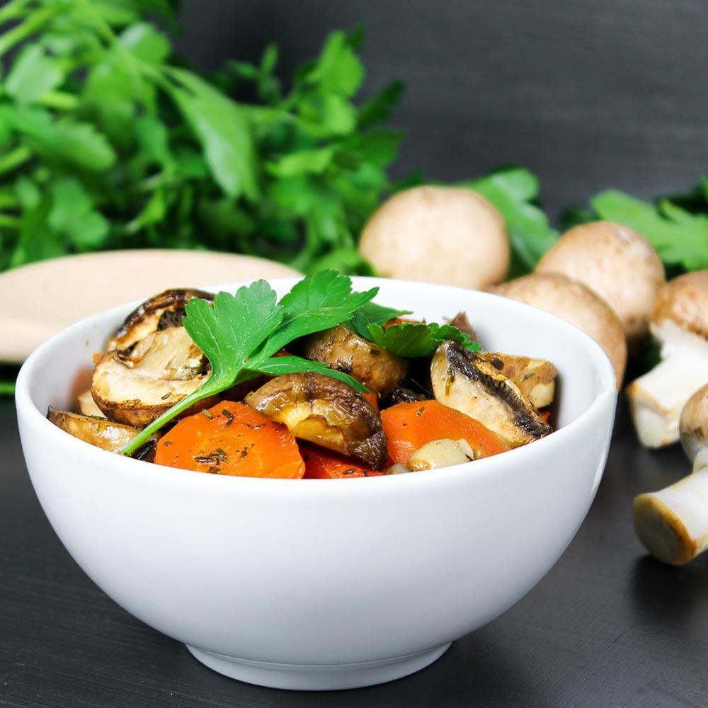 Schale mit Champignons und Karotten