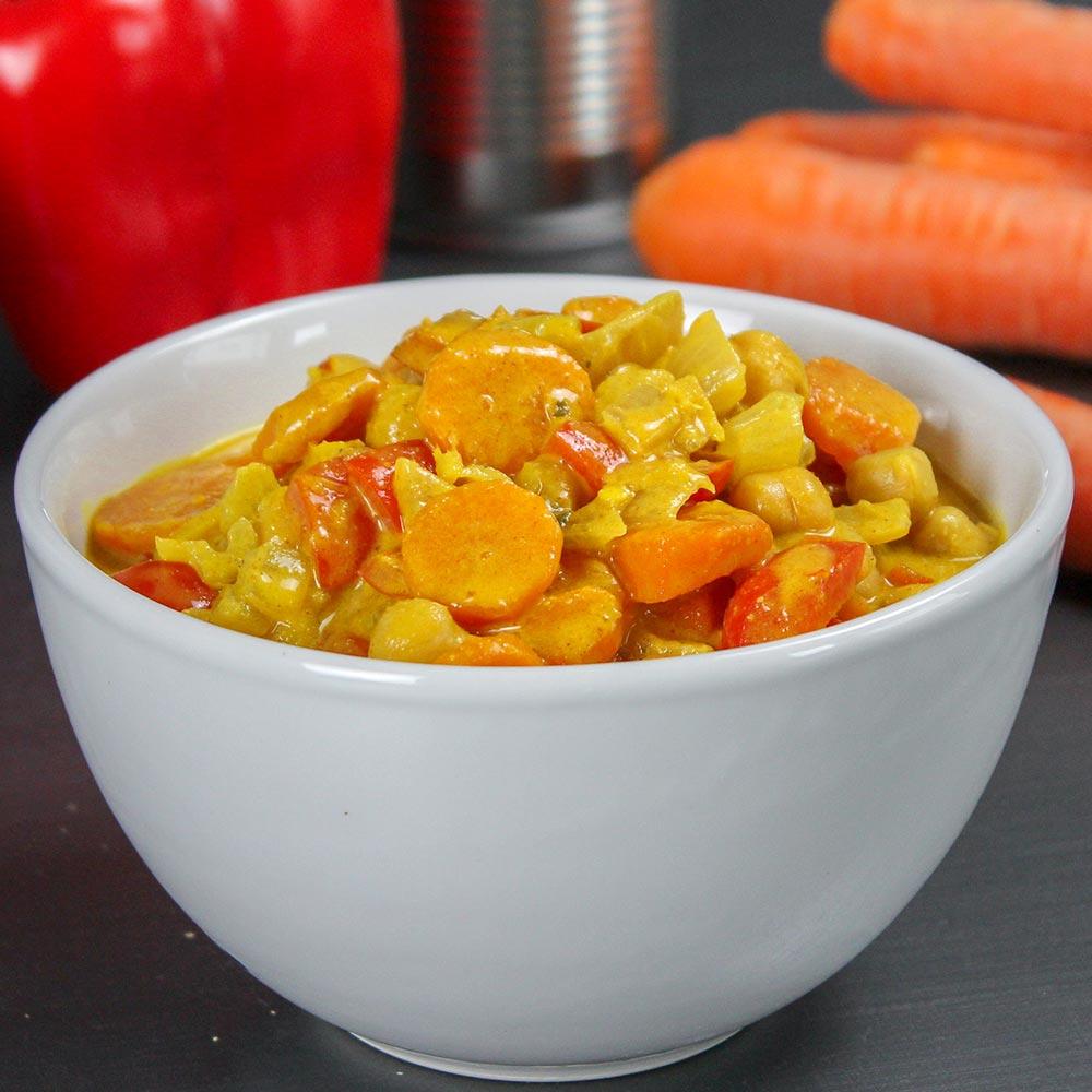 Curry-Gericht mit Kichererbsen in einer weißen Schale